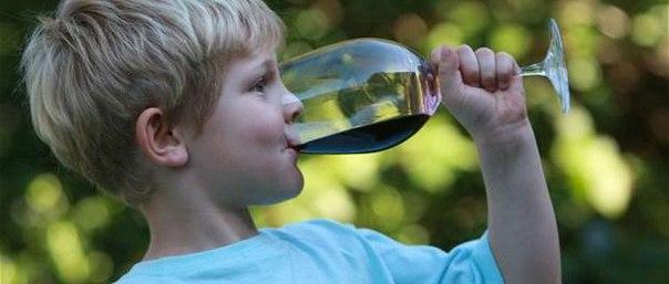 Дети, которым позволили глоток алкоголя, могут начать пить раньше